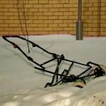 разбитая снегом коляска