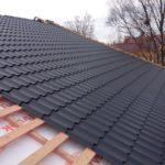 Крыша с серой металлочерепицей